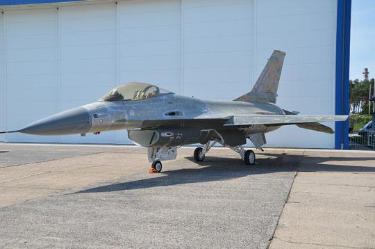 W Polsce od kilku lat są dwa płatowce (bez silników iwiększości wyposażenia) F-16A, przekazane WZL nr 2 S.A. wcelu treningu usuwania inakładania pokryć lakierniczych. Bydgoskie zakłady mogłyby podjąć się części prac związanych zremontem imodernizacją używanych F-16, jeśli na poziomie kierownictwa MON zapadnie decyzja oich zakupie.
