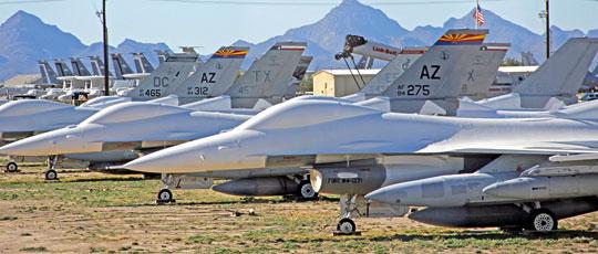 F-16 zakonserwowane na terenie bazy Davis-Monthan w Arizonie (na pierwszym planie F-16C). Samoloty te najlepsze lata mają już za sobą i pod względem stanu oraz standardu wyposażenia odbiegają in minus od innych maszyn z drugiej ręki dostępnych na rynku. Fot. Clemens Vasters.
