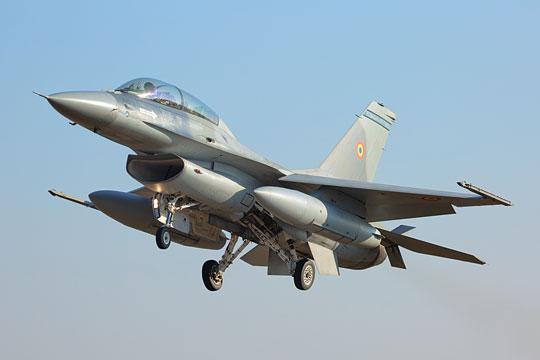 Pierwszy przejęty przez Rumunię w 2016 r. F-16BM.