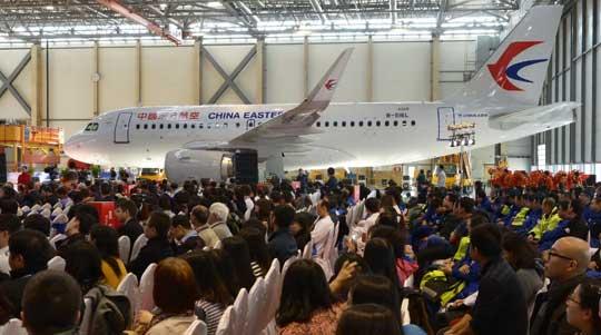 Widoczny na zdjęciu A319 linii lotniczych China Eastern Airlines był dwusetnym egzemplarzem rodziny A320 zmontowanym w Tianjin w Chinach. FALC była pierwszą poza Europą linią montażową samolotów Airbusa.