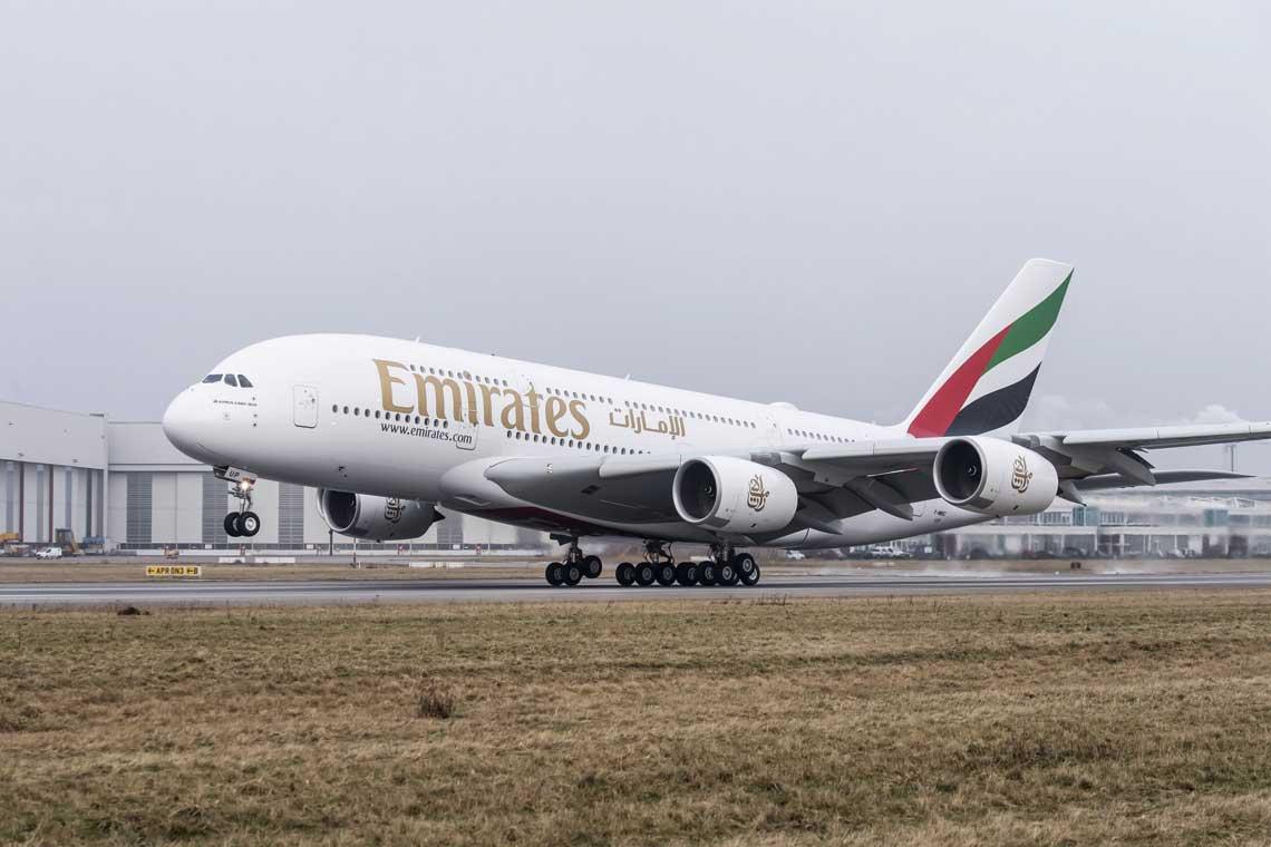 A380, przez Airbusa określany jako 21st century flagship aircraft, to największy samolot pasażerski świata. Linie Emirates są zaś największym użytkownikiem A380 – do końca 2018 r. zamówiły 162 egz., z czego otrzymały 109. Spośród pozostałych 53 egz. anulowały jednak zakup 39, wobec czego produkcja A380 zakończy się już w 2021 r.