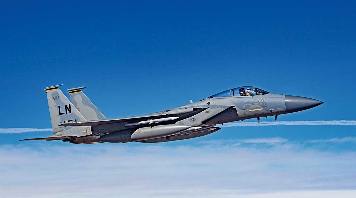 Samoloty myśliwskie Boeing F-15C/D Eagle, mające na koncie liczne sukcesy wstarciach powietrznych na przestrzeni ostatnich kilkudziesięciu lat, dożywają swoich dni. Rosnące koszty eksploatacji izużycie techniczne powoduje, że Departament Obrony chce przyspieszyć proces ich wycofania izastąpić je fabrycznie nowymi F-15EX Advanced Eagle.