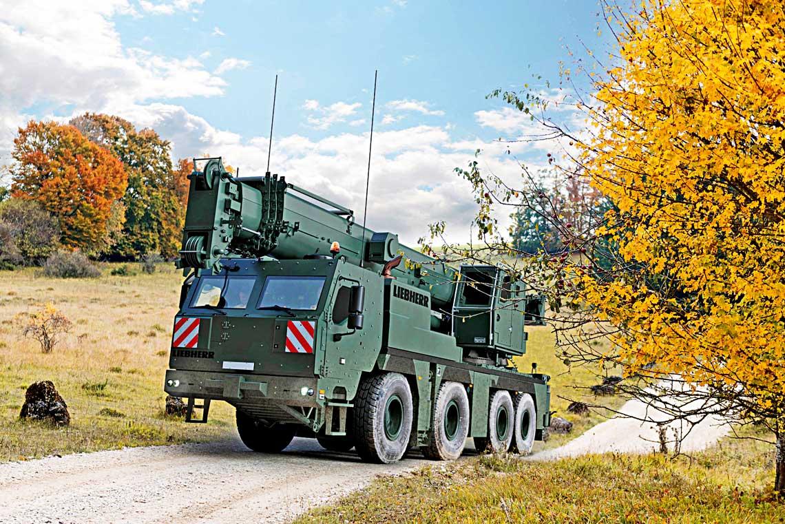 Dzięki własnemu doświadczeniu i zamówieniom Bundeswehry Liebherr wyrasta na największego w Europie specjalistę w sferze zmilitaryzowanych żurawi i kołowych wozów zabezpieczenia technicznego na ich podwoziach. Na zdjęciu żuraw z opancerzonymi kabinami G-LTM 1090-4.2.