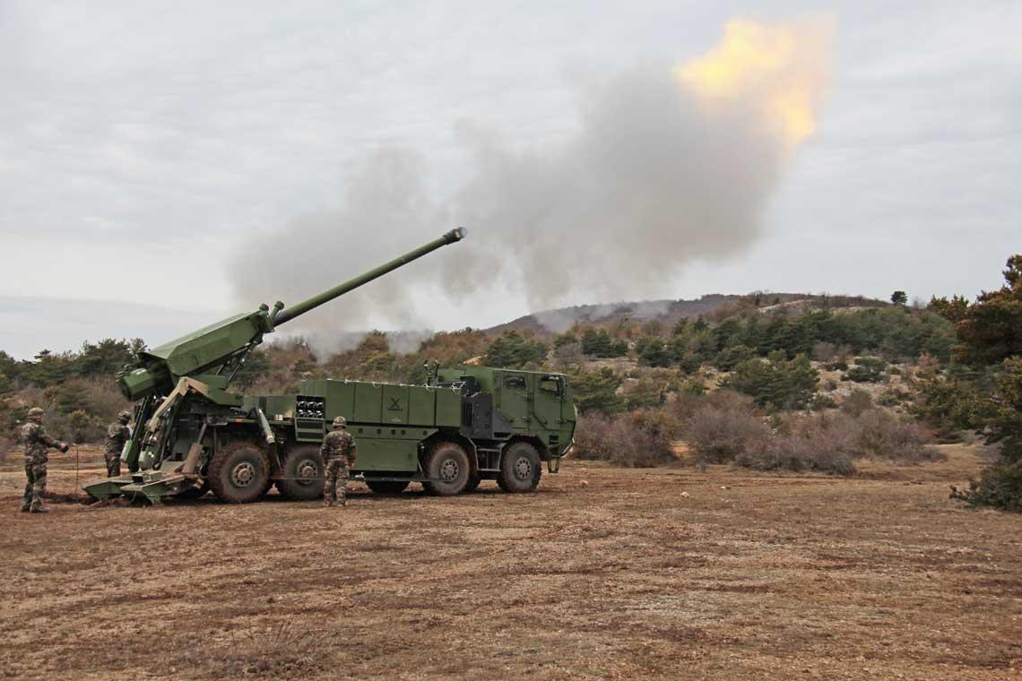 Duńskie wojska lądowe często decydują się na zakup uzbrojenia już wcześniej użytkowanego przez sojuszników zNATO, ajeszcze lepiej sprawdzonego wwarunkach bojowych. Przykładem może być decyzja owyborze francu-skiej 155 mm armatohaubicy na podwoziu kołowym CEASAR.