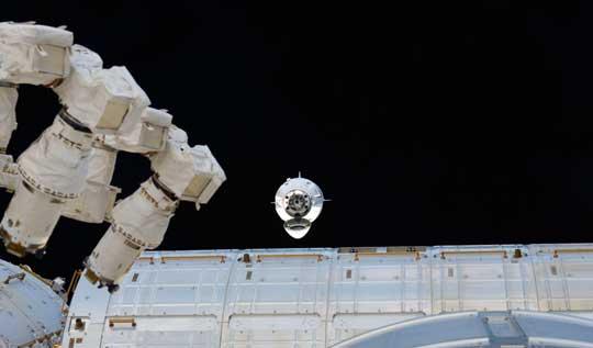Crew Dragon nad modułem Międzynarodowej Stacji Kosmicznej.