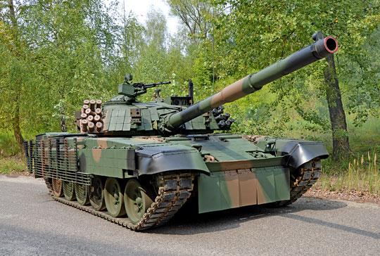 """Demonstrator """"budżetowej"""" modernizacji czołgu T-72 – PT-91M2 w całej okazałości. Jako bazę do jego opracowania wykorzystano wóz PT-72U/PT-91U sprzed kilku lat."""