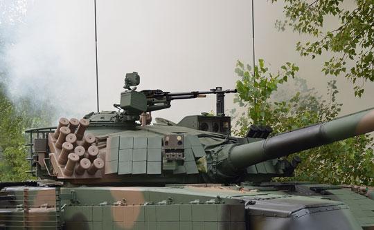 Widok na wieżę PT-91M2 z prawej strony. Na tym zdjęciu widać rozmieszczenie dwóch zespołów (przednich i tylnych) czujników systemów Obra-3 i SOD.