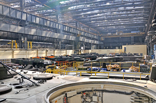 Hala Zakładów Mechanicznych Bumar-Łabędy S.A. podczas przeprowadzania weryfikacji stanu technicznego czołgów Leopard 2A4 w ramach przeglądu F6.