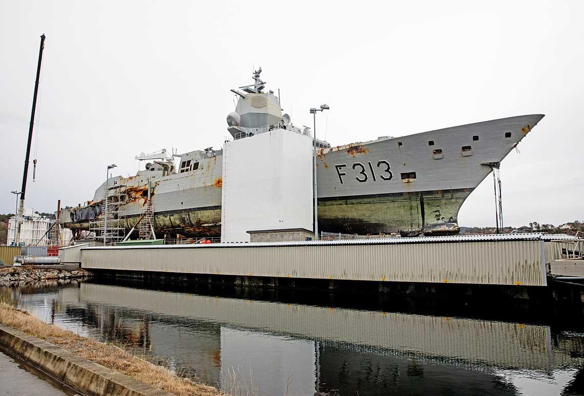 Tak, po niemal czterech miesiącach spędzonych na dnie morza, wygląda obecnie fregata Helge Ingstad. Stoi ona na barce w Haakonsvern.