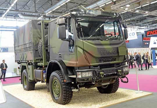 Zmilitaryzowana ciężarówka IVECO Eurocargo 4×4 (MLL 150E28 WS) dla Bundeswehry. Jest to typowy pojazd wsparcia logistycznego zaplecza pola walki, niedysponujący żadnymi elementami zabezpieczającymi go przed ostrzałem i wybuchami min.