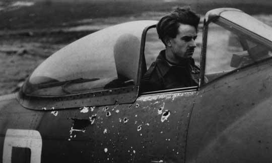 """Leslie """"Lucky"""" Luckhoff z 33. Sqn RAF w kokpicie swojego Tempesta uszkodzonego odłamkami przeciwlotniczego pocisku artyleryjskiego."""