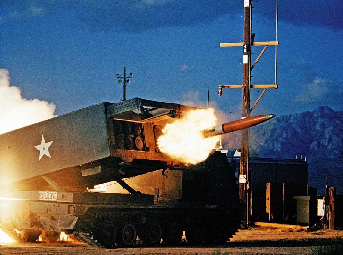 Odpalenie rakiety M26 z wyrzutni M270 systemu MLRS na poligonie White Sands Missile Range w 1983 r.