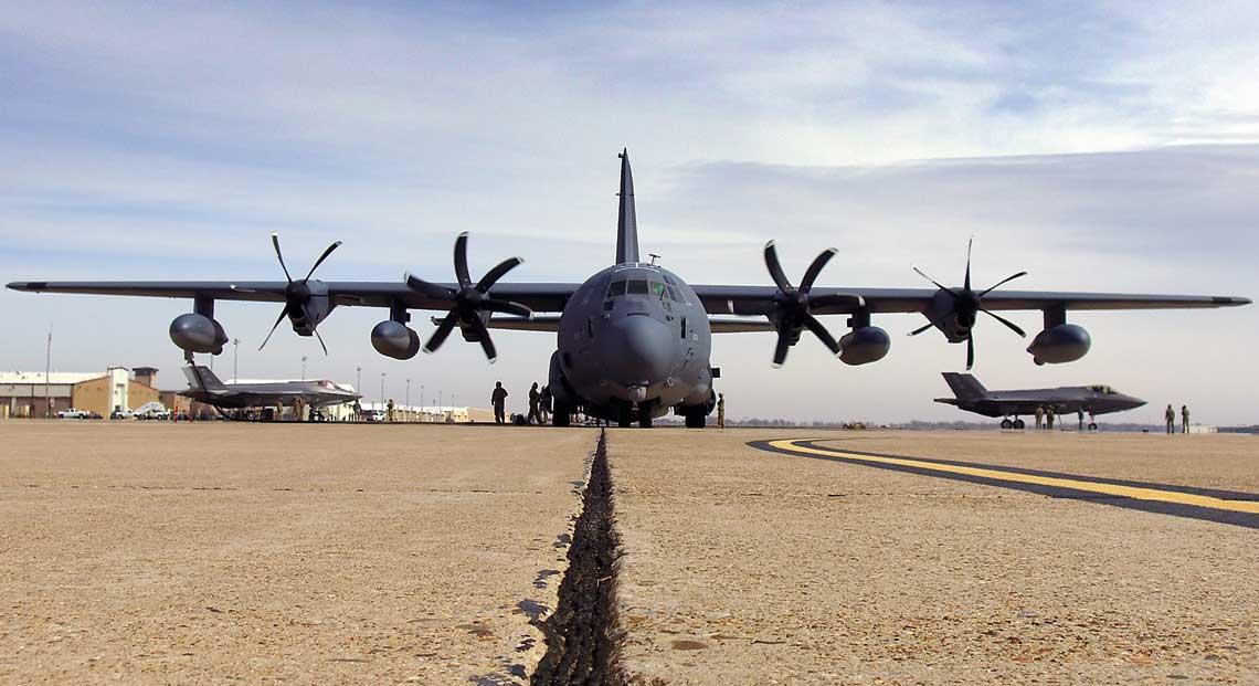 Samolot transportowy MC-130J Commando II zdywizjonu specjalnego 9th SOS przekazuje paliwo dwóm myśliwcom F-35A ze skrzydła myśliwskiego 388th FW na wysuniętym lotnisku operacyjnym.