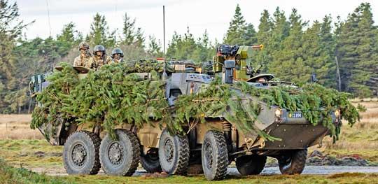 W maju 1998 r. Duńczycy przejęli od firmy MOWAG pierwsze kołowe transportery Piranha III. W lutym 2001 r. 11 takich pojazdów zostało skierowanych wraz z duńskim kontyngentem do Kosowa. W kolejnych latach towarzyszyły duńskim żołnierzom w działaniach w Afganistanie i Iraku.