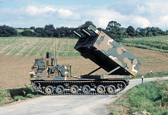 """Wyrzutnia M270 US Army zajmuje przygodną pozycję ogniową podczas NATO-wskich ćwiczeń """"Reforger '85"""" na terytorium RFN."""