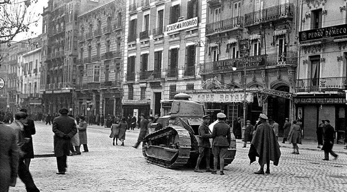 Pierwszym czołgiem armii hiszpańskiej (jak i wielu innych) był francuski Renault FT. Pozyskanie niewielkiej liczby egzemplarzy nastręczyło Hiszpanii wielu problemów.
