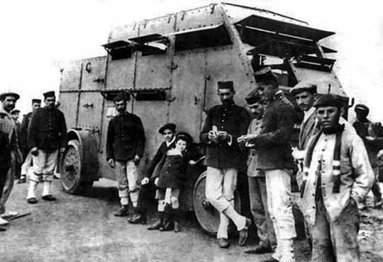 Jeden z samochodów pancernych Schneider-Brillié (pod lokalnym oznaczeniem N° 15) otoczony przez żołnierzy i marokańskich cywili (prawdopodobnie zima 1912 r.).