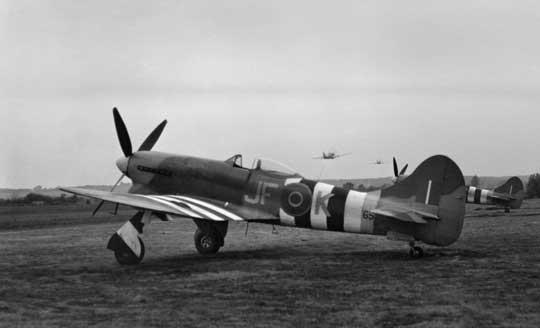 Tempest z 3. Sqn RAF z pełnym zestawem tzw. pasów inwazyjnych; Anglia, lotnisko Newchurch. Pierwsza partia produkcyjna liczyła 100 sztuk (numery seryjne JN-) i została wykonana między grudniem 1943 r. a majem 1944 r. Średnie tempo wytwarzania wynosiło cztery egzemplarze tygodniowo.