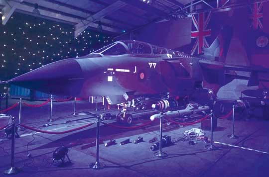 W czasie zimnej wojny samoloty Tornado GR.1 były przystosowane do przenoszenia taktycznych bomb jądrowych WE 177. Na ziemi: przeciwradiolokacyjny pocisk ALARM.