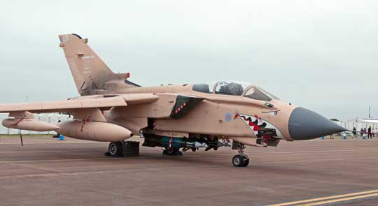 """W 2015 r. Tornado GR.4  z numerem seryjnym ZG750 otrzymał legendarne malowanie z Wojny w Zatoce Perskiej w 1991 r., znane jako """"różowe pustynne"""".  W ten sposób upamiętniono 25 lat operacyjnej służby samolotów tego typu  w brytyjskim lotnictwie (Royal International Air Tattoo 2017)."""