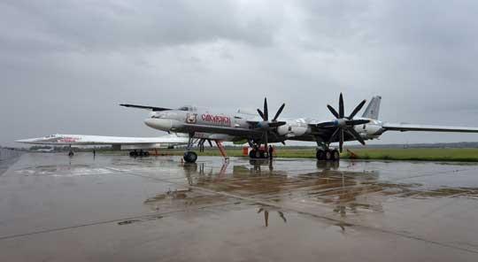 Od 1999 r. rosyjskie Tu-95 otrzymują nazwy własne od miast; na zdjęciu samolot 29/2 Smoleńsk z Engelsa. Numer ma dodatkową dwójkę, ponieważ w pułku w Ukraince jest również samolot 29.