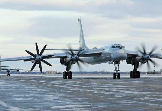 Bombowce strategiczne Tu-95MS szykują się do wylotu na zaśnieżonym lotnisku w Engelsie.