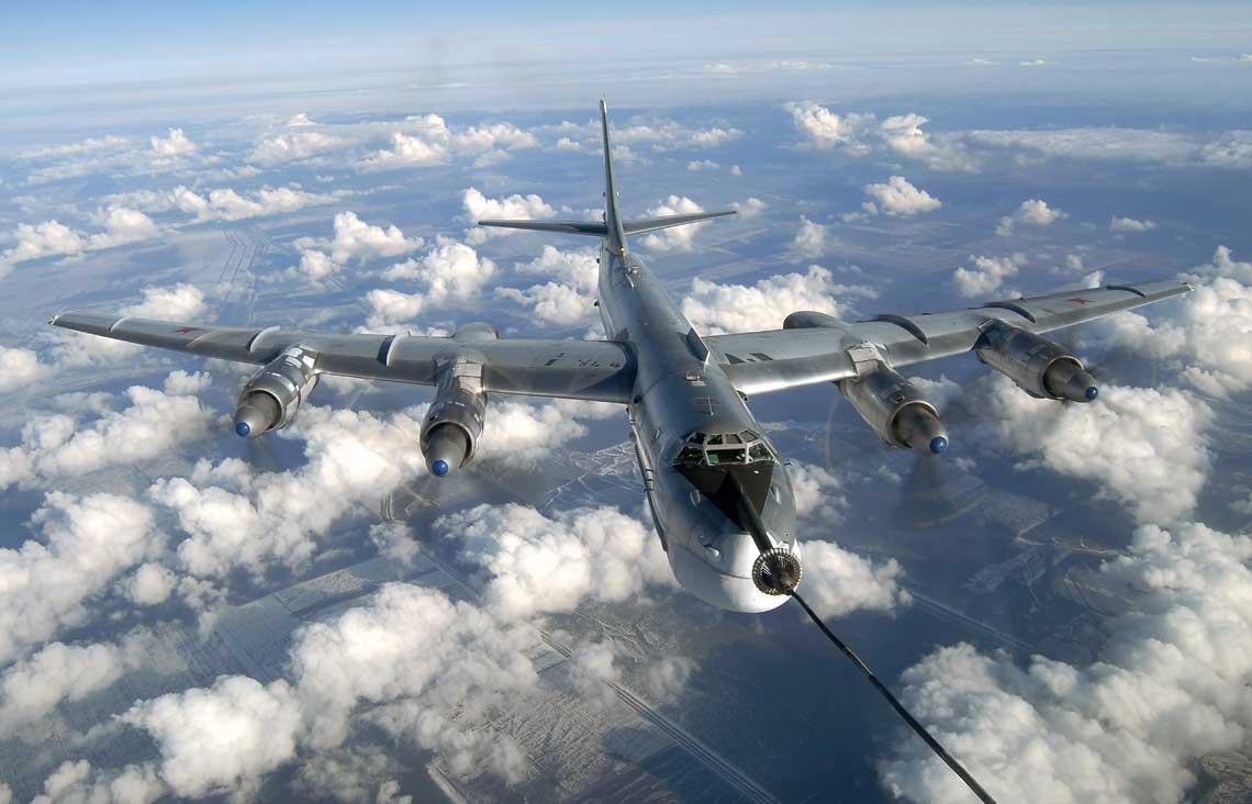 Bombowiec Tu-95MS uzupełnia paliwo w locie z samolotu tankowania powietrznego Ił-78. Łącznie w latach 1982-1992