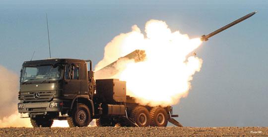 Wyrzutnia systemu Lynx prowadzi ogień pociskami LAR kalibru 160 mm.