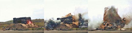 Efekty trafienia w schron wykonany z worków z piaskiem przez pocisk naboju DM11 przy zapalniku ustawionym na detonację ze zwłoką.