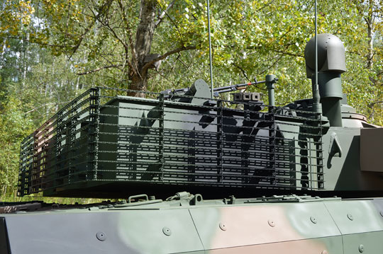 Ekrany listwowe chronią niszę wieży, w której znajduje się m.in. magazyn amunicji automatu ładowania.