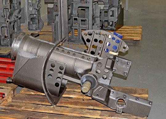 Także inne elementy moździerza są bardzo skomplikowane w produkcji i ich proces technologiczny wymaga wielu operacji na wieloosiowych obrabiarkach CNC. Na zdjęciu kołyska.