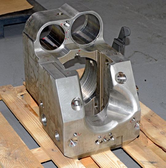 Także inne elementy moździerza są bardzo skomplikowane w produkcji i ich proces technologiczny wymaga wielu operacji na wieloosiowych obrabiarkach CNC. Na zdjęciu blok zamka.