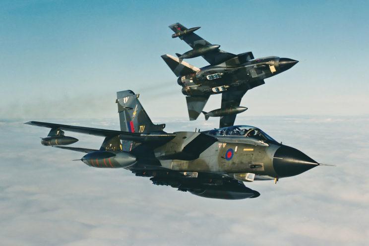 W pierwszym okresie służby samoloty myśliwsko-bombowe Tornado GR.1 z RAF nosiły kamuflaż złożony z kolorów ciemnozielonego i szarego.