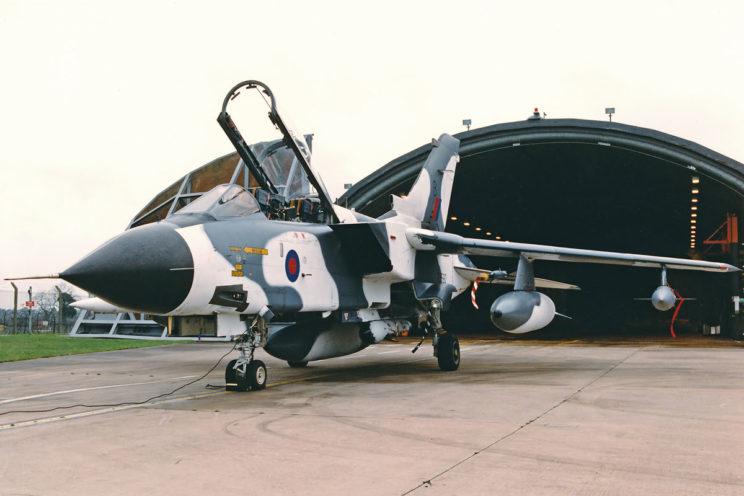 """Brytyjskie Tornado, które wyróżniał """"arktyczny"""" schemat malowania systematycznie brały udział w ćwiczeniach w Norwegii. Część z nich była wyposażona w zasobnik rozpoznawczy ze skanerem liniowym pracującym w podczerwieni i lotniczymi aparatami fotograficznymi."""