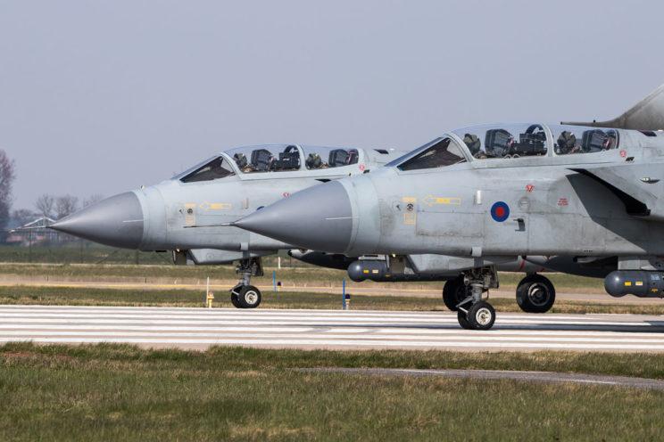 """Dwa Tornado GR.4 tuż przed startem do kolejnego lotu w czasie ćwiczeń """"Frisian Flag"""" w 2017r., z holenderskiej bazy Leeuwarden. Był to ostatni raz, kiedy brytyjskie Tornado GR.4 uczestniczyły w dorocznym odpowiedniku amerykańskiego ćwiczenia """"Red Flag."""""""
