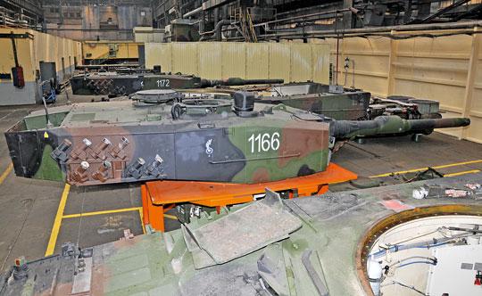 W pierwszym etapie programu modernizacji polskich Leopardów 2 do standardu 2PL jednym z zadań dla zakładów z Łabęd było m.in. zdobycie kompetencji w zakresie przeglądów F6 czołgów i przywrócenia im pełnej sprawności, a także pozyskanie dokumentacji technicznej i wyposażenia specjalistycznego oraz narzędzi.