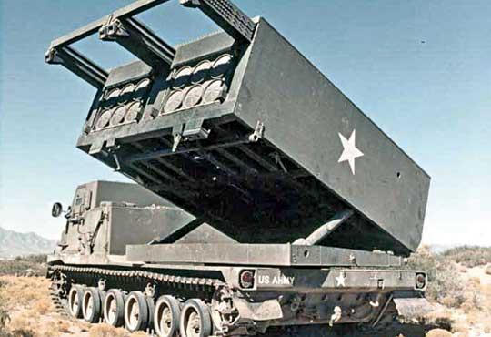 Prototypowa wyrzutnia, tzw. Self-Propelled Launcher Loader (SPLL), podczas testów w1979 r., kiedy program jeszcze nazywano General Support Rocket System (GSRS).
