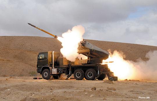 Inne ujęcie wyrzutni Lynx, tym razem odpalającej pocisk precyzyjny Accular kalibru 160 mm.