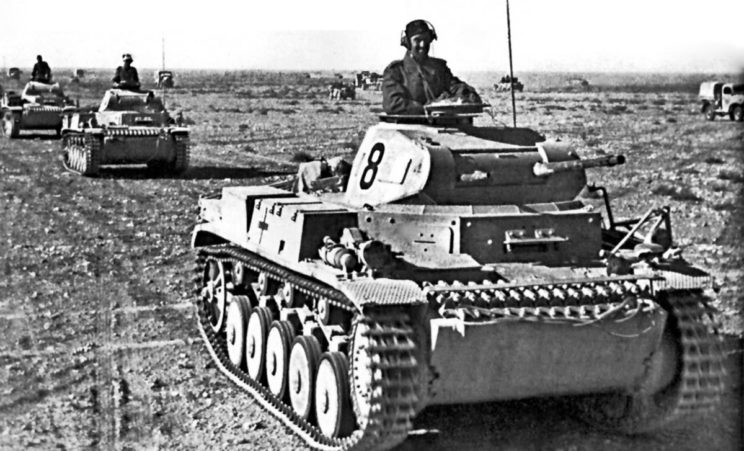 Czołgi lekkie PzKpfw II z 5. Pułku Pancernego 15. Dywizji Pancernej z godłami Deutsches Afrikakorps w postaci palmy ze swastyką, godło to było przeważnie malowane białym kolorem.