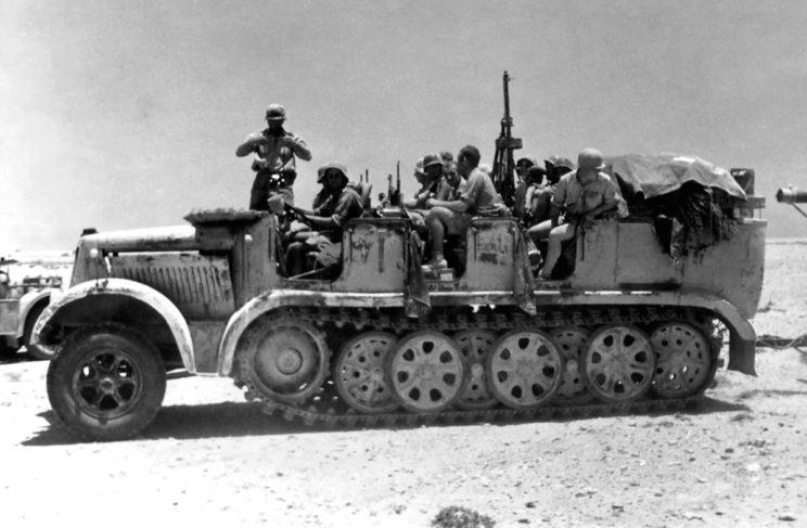 Ciągnik artyleryjski SdKfz 8 holujący armatę przeciwlotniczą FlaK 18 kal. 88 mm. Dla odmiany półgąsienicowe ciągniki artyleryjskie były używane w miarę powszechnie w jednostkach DAK.