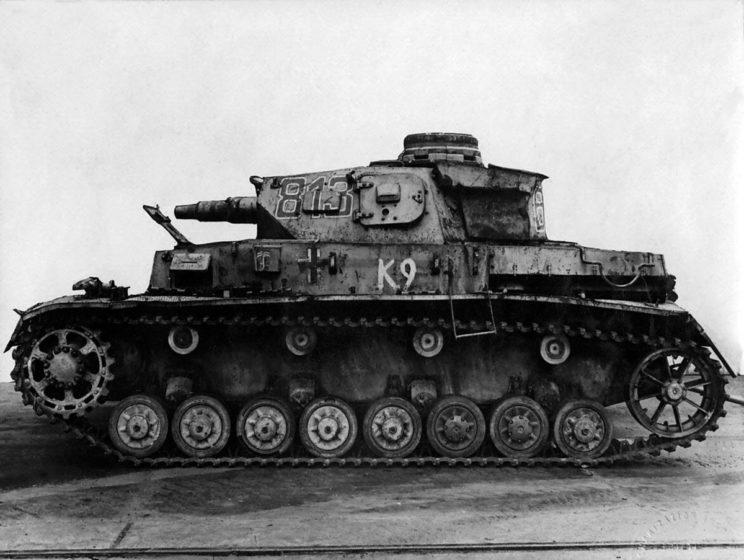 """Drugim głównym typem czołgu DAK w okresie 1941-1942 był PzKpfw IV, w owym okresie z krótkolufową armatą kal. 75 mm, tak jak ten wóz na zdjęciu zdobyty przez Brytyjczyków, noszący ich numer katalogowy """"K9""""."""