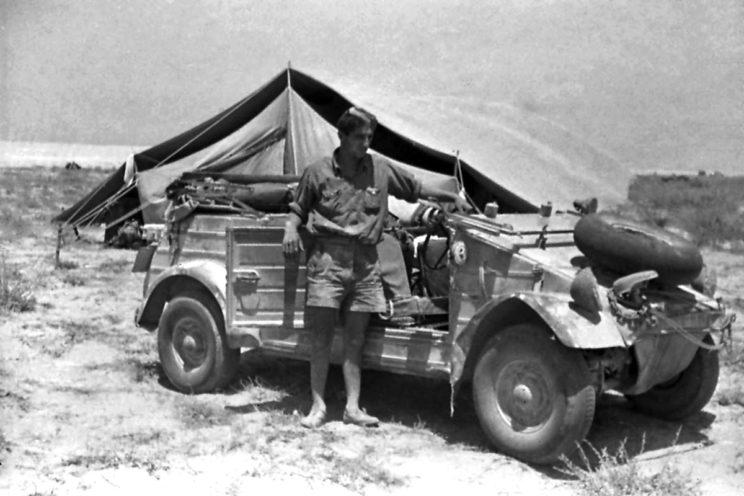 Volkswagen typ 82 Kübelwagen, bardzo popularny lekki samochód osobowo-terenowy Wehrmachtu, był też z powodzeniem używany w Afryce Północnej, niemal w każdym pododdziale.