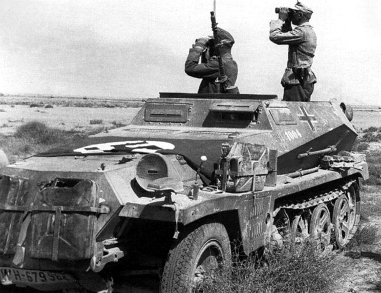 Półgąsienicowy transporter opancerzony SdKfz 251 powszechnie stosowany w roli wozu dowodzenia na szczeblu korpusu, dywizji i pułku w ramach DAK.