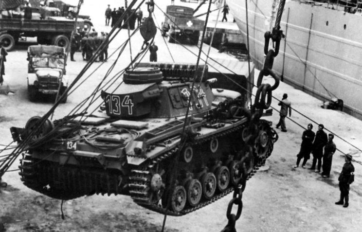 """Załadunek """"trójki"""" z 5. Pułku Pancernego na bazie którego w Afryce stworzono 15. Dywizję Pancerną, na statek we Włoszech; wiosna 1941 r."""
