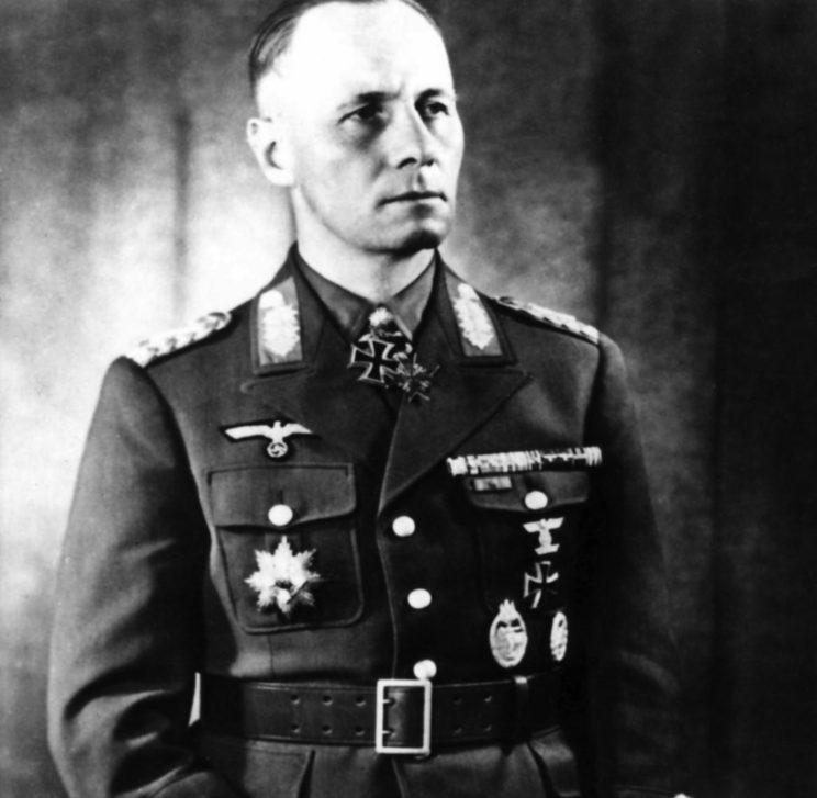 Pierwszym dowódcą Deutsches Afrikakorps był gen. por. Erwin Rommel (1891-1944), który w krótkim czasie awansował trzykrotnie, do stopnia feldmarszałka, będąc już dowódcą Armii Pancernej Afryka.