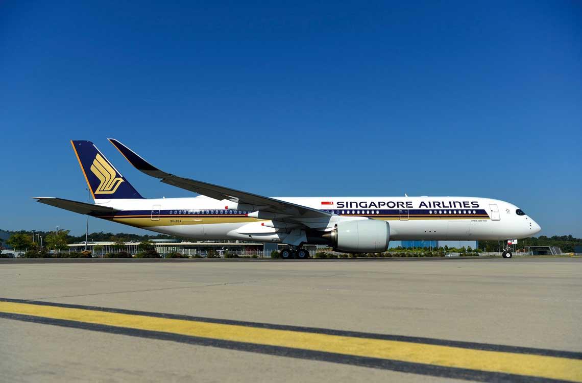 Pierwszy A350-900ULR linii Singapore Airlines. Samoloty tej wersji mają zasięg niemal 18 tys. km  (lot na tak długiej trasie trwa około 20 godzin!). A350-900ULR Singapore Airlines latają na trasie z Singapuru do Nowego Jorku.