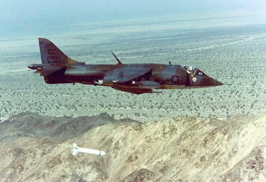 "AV-8A Harrier II z dywizjonu szturmowego VMA-231 ""Ace of Spades"" zrzuca bombę kasetową Mk 20 Rockeye."