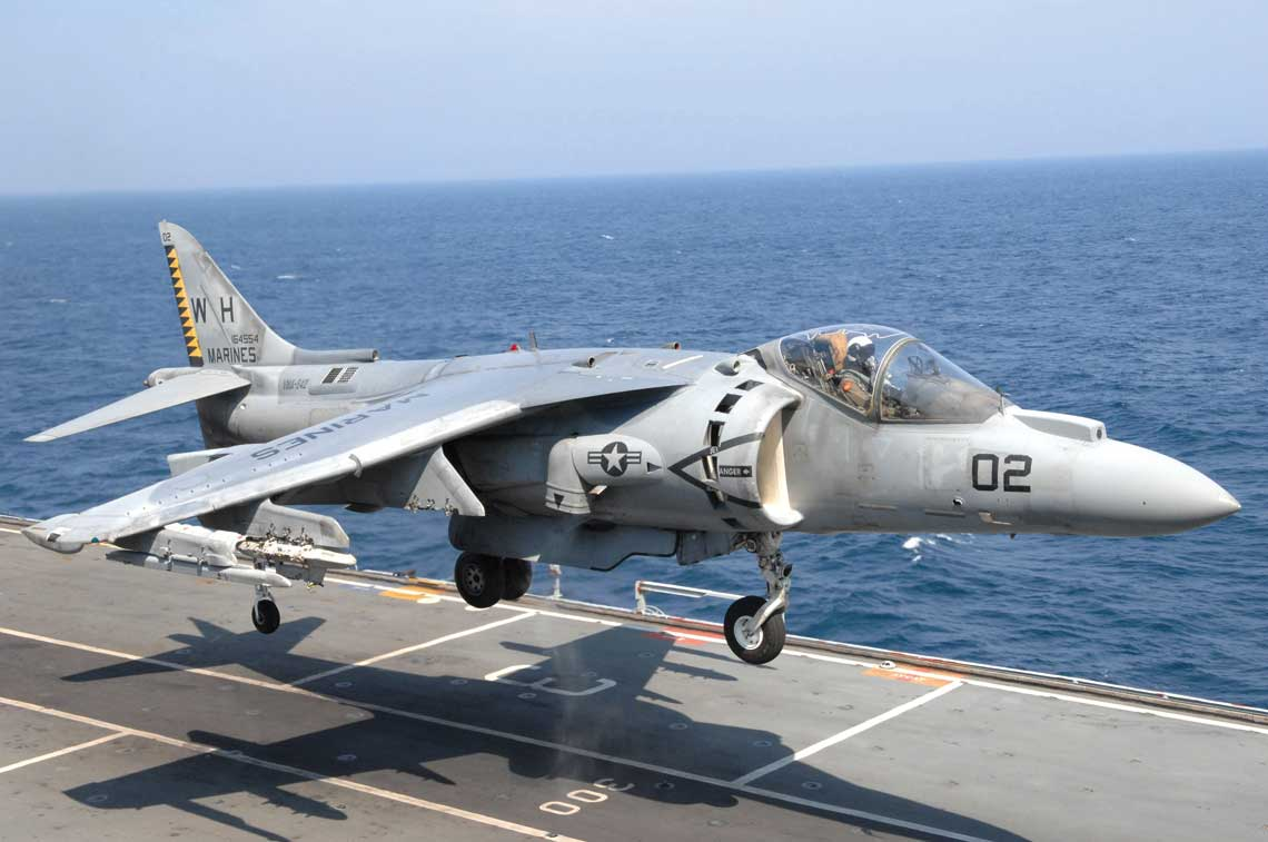 AV-8B był pierwszym bojowym odrzutowcem, w którym szeroko zastosowano materiały kompozytowe z włókna węglowego, wykorzystując ich lekkość i wysoką wytrzymałość. Użyto ich do wykonania skrzydła, klap i sterów oraz przodu i tyłu kadłuba. Dwadzieścia sześć procent struktury samolotu zbudowano z kompozytów, zmniejszając masę konstrukcji o ponad 215 kg w porównaniu z konwencjonalną, metalową.