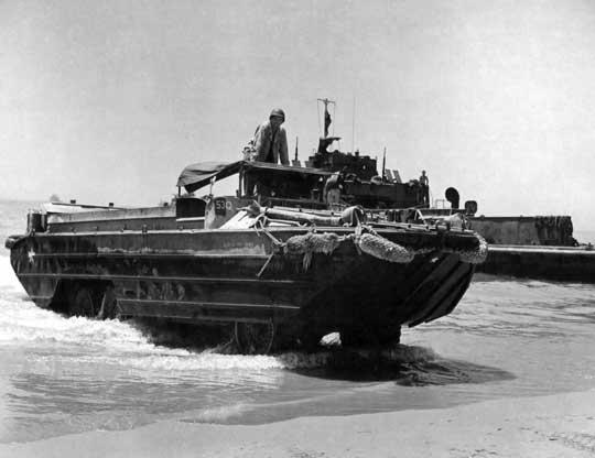 Amfibie DUKW, które na Sycylii miały swój debiut bojowy, okazały się niezastąpione w przerzucaniu na ląd żołnierzy, broni izaopatrzenia; Gela, lipiec 1943 r.