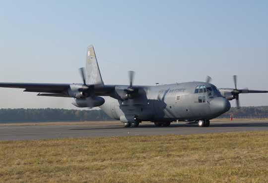 Obok przeglądu PDM samoloty transportowe C-130E Hercules przechodzą także proces (częściowego) naniesienia nowej powłoki malarskiej. Na zdjęciu egzemplarz z numerem bocznym 1504, który otrzymał okolicznościowe malowanie.